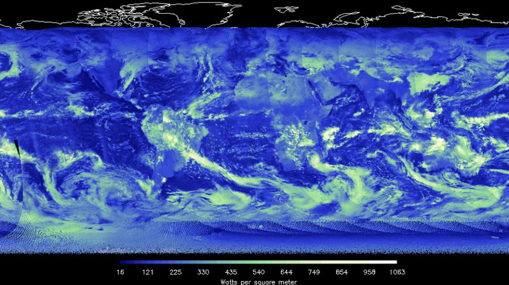 NUBES. La gruesa capa de nubes tiende a reflejar una gran cantidad de energía solar que llega de vuelta al espacio (imagen azul, verde y blanco) (Nasa).