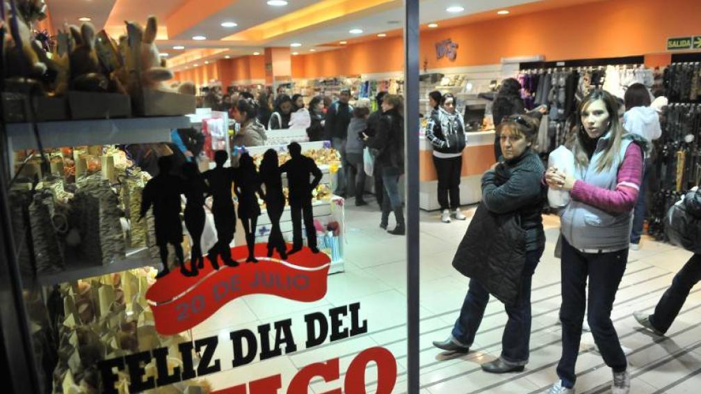DÍA DEL AMIGO. Muchos trabajadores se reunirán hoy con sus mismos compañeros del trabajo (LaVoz/Archivo).