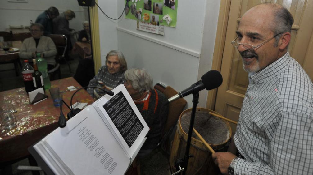 Alegrar el día. Alberto Juncos, en plena actuación. Su misión es que los abuelos pasen un buen día al son de la música.