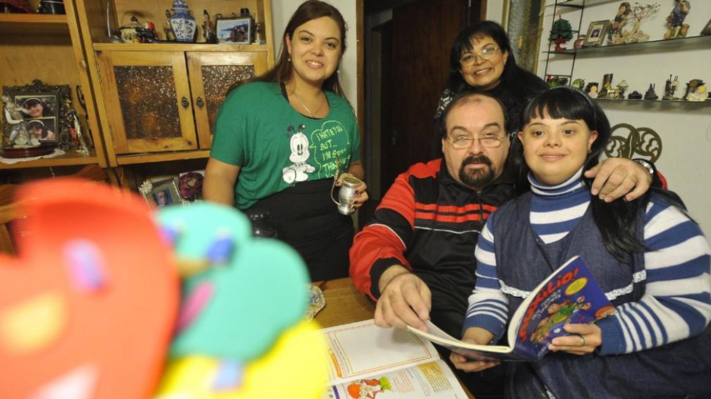 Noelia en familia. La acompañan Delfor, su papá; su hermana, Romina, y su mamá, Mercedes (Antonio Carrizo).