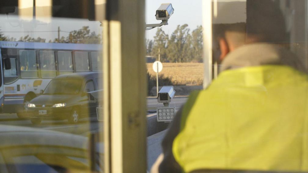Partida doble. En cada cabina, se colocan dos cámaras. En el peaje de Villa Carlos Paz ya están instaladas, aún no conectadas a la Policía (La Voz / Darío Galiano)..