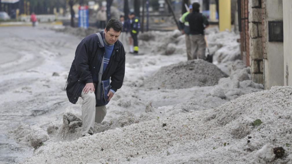 Alta Gracia, de blanco. El granizo acumulado impedía el tráfico, incluso a pie, en varias calles (La Voz / Darío Galiano).