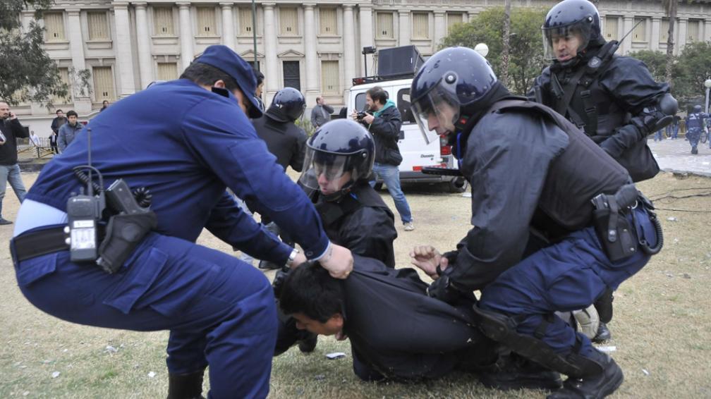 Detención. En el momento de mayor violencia, se sucedieron tres detenciones de manifestantes en la Plaza de la Intendencia (La Voz / Martín Baez).