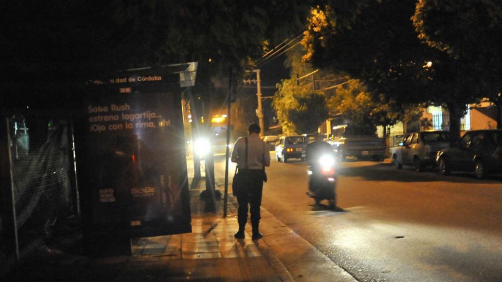 La moto o la vida. Son cada vez más usuales los casos de motociclistas que son abordados, mientras circulan, por ladrones armados (La Voz / Sergio Cejas).