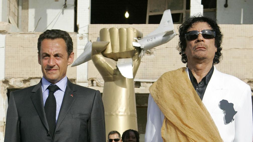 Otros tiempos. Sarkozy, junto a Kadhafi, antes de que el francés impulsara la intervención en Libia (AP).