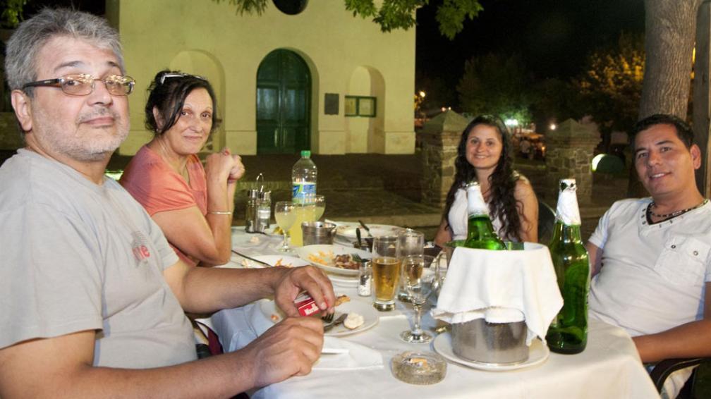En Santa Rosa. Los Blanco Coraza y los Martínez pidieron pastas y milanesas (Nelson Torres/La Voz).