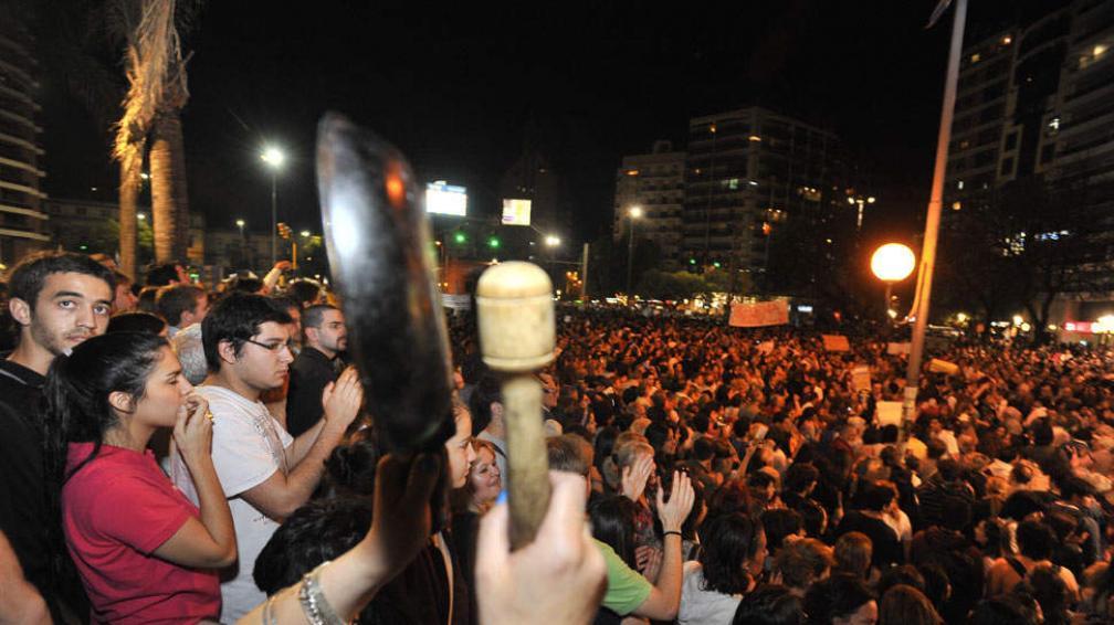 EN CÓRDOBA. Masiva protesta frente al Patio Olmos (Sergio Cejas).
