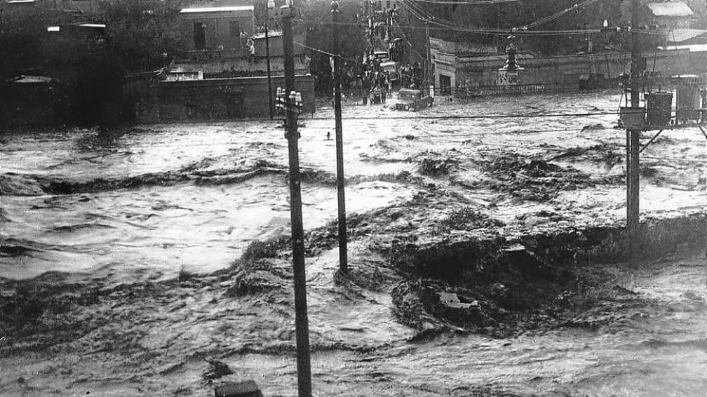 Aguas turbulentas. Una inundación de 1915 generó graves inconvenientes en la Capital (Colección de Antonio Novello).