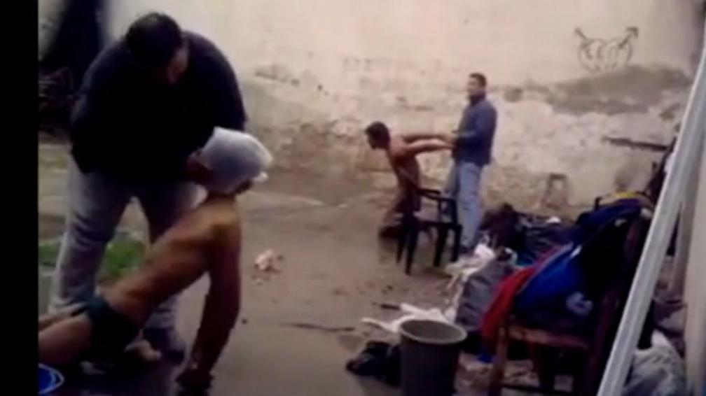 Impactante. Las imágenes del video que incrimina a los policías muestran las torturas efectuadas (Imagen de TV y video).
