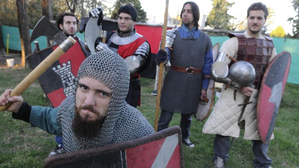 Caballeros. Ellos mismos construyeron los escudos, las cotas de malla, las hachas y los yelmos (La Voz / Darío Galiano).