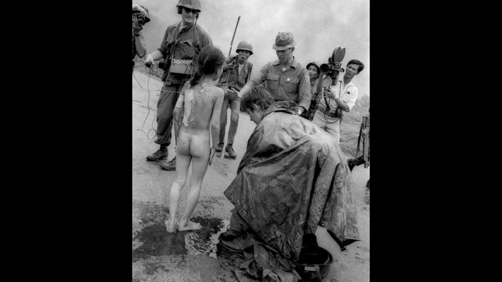 Cicatrices. Entre soldados y periodistas, alguien intenta en vano calmar con agua el dolor de la niña vietnamita ese 8 de junio de 1972 (AP/ Archivo).