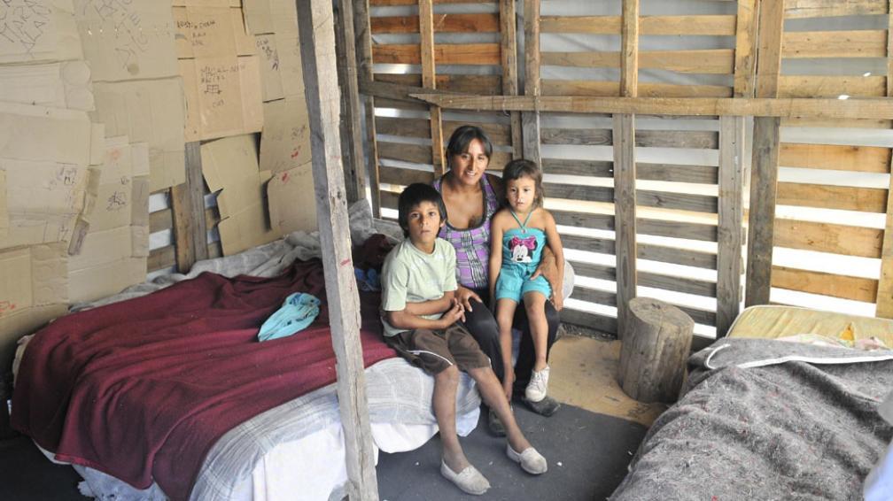 """María Gigena. """"Ahora me dan una mano mi tía y mi prima porque, como estoy embarazada, nadie me da trabajo. Me mantengo con la asignación por hijo y los vales"""" (Ramiro Pereyra / La Voz)."""
