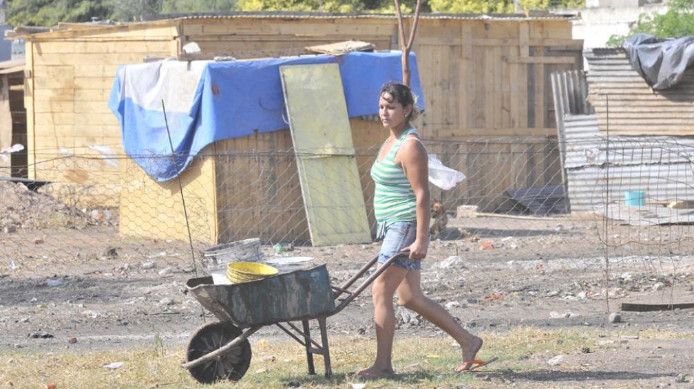 """Mariana Pedraza. """"Nos ayudamos entre todos para salir adelante. Tengo tres chicos y acá vivimos todos sin luz y sin agua"""" (Ramiro Pereyra / La Voz)."""