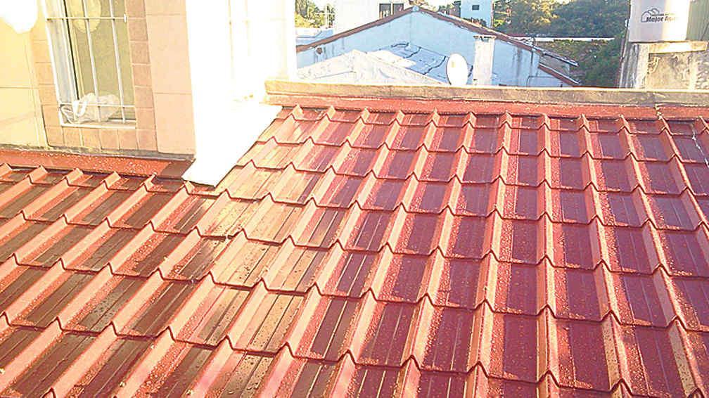Tejas de chapa la voz del interior for Casas con techos de chapa de color