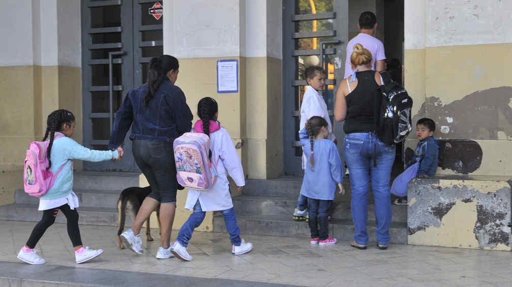 Niño entrando a la escuela - Imagui