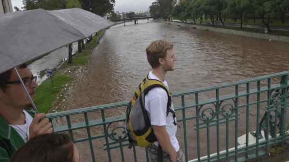 CÓRDOBA. La apertura de válvulas del dique San Roque provocó que se inundara la avenida Costanera (La Voz/Pedro Castillo).