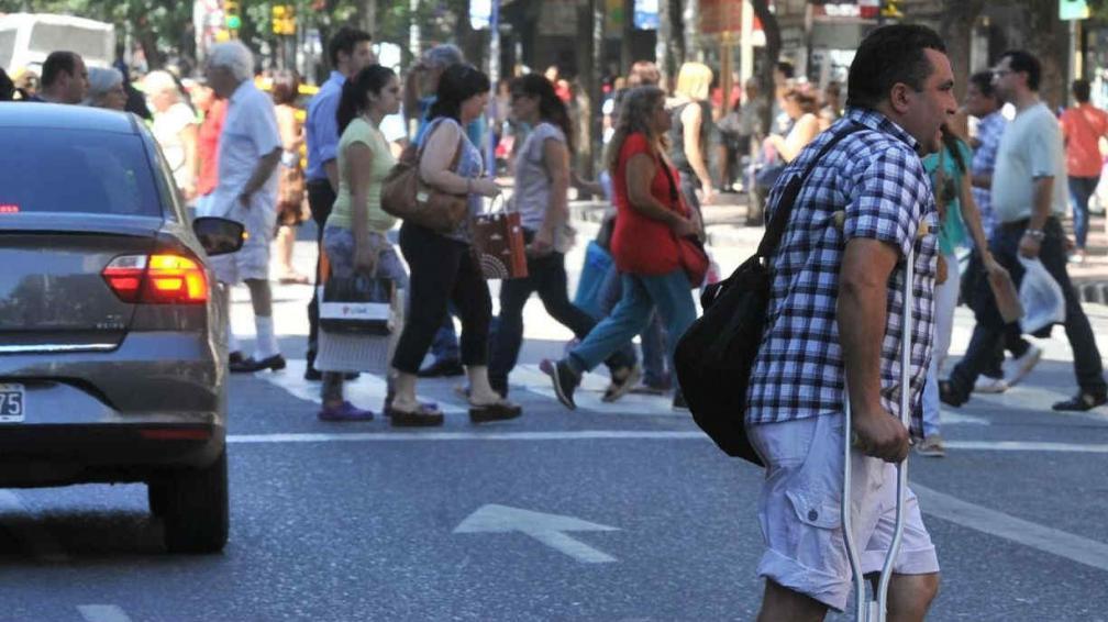 Una persona con muletas, lejos de la senda peatonal en General Paz  y 27 de Abril (Antonio Carrizo/LaVoz)