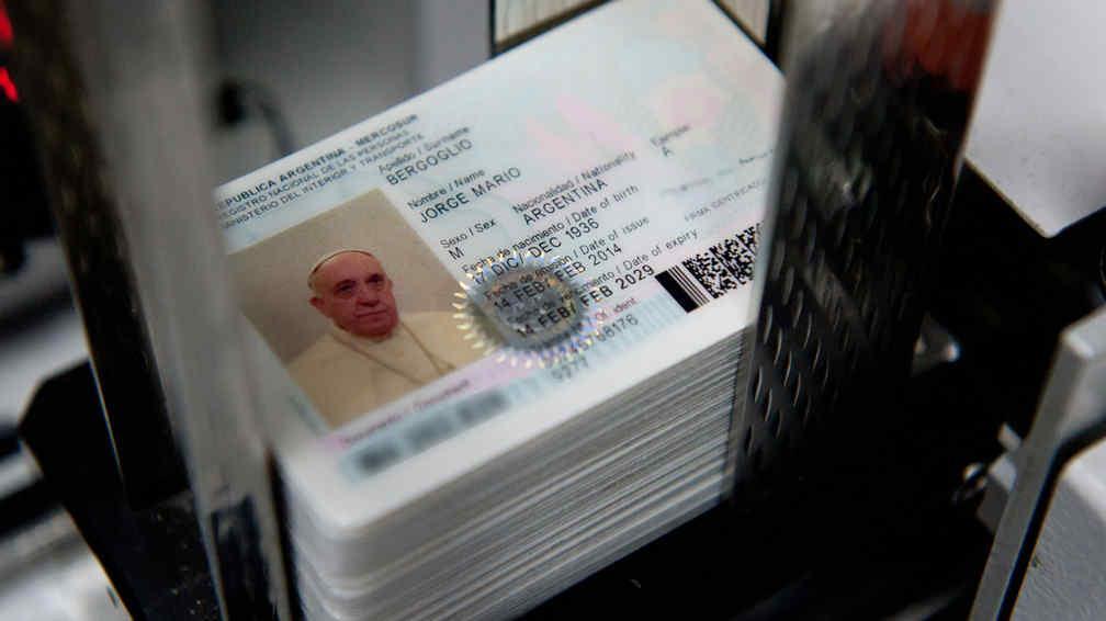 El papa francisco tramit su nuevo dni y el pasaporte for Ministerio del interior dni