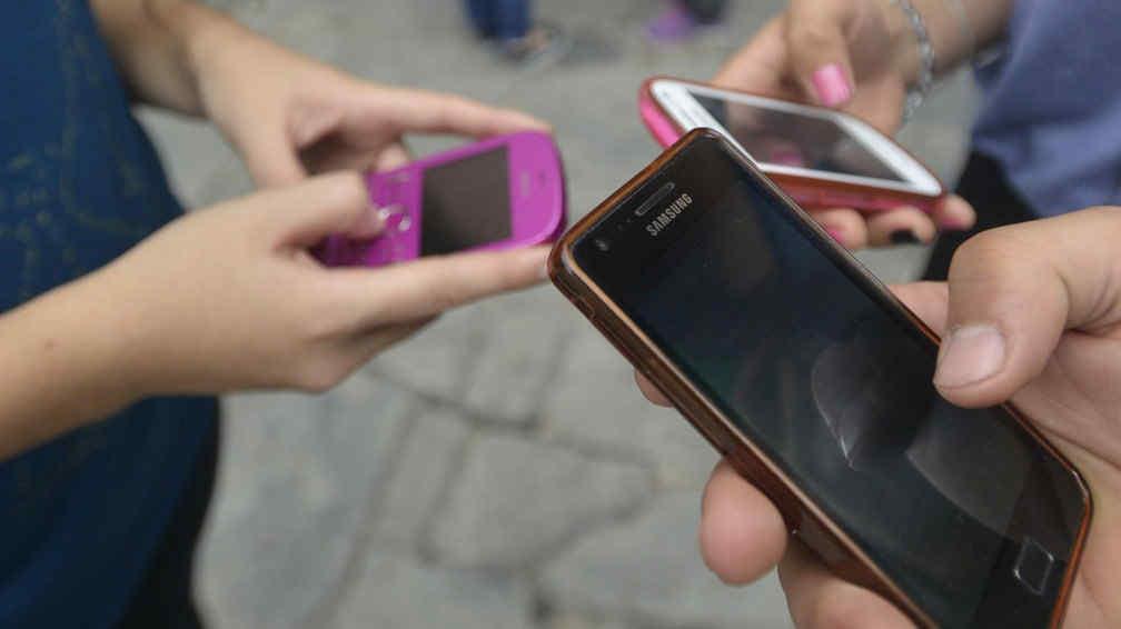 Todos con uno. La mayoría de los adolescentes tiene celular. Los especialistas creen que hay que aprovechar en el aula la atracción que los móviles provocan en los chicos (Pedro Castillo/La Voz).