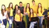 Para mirarse. Parte del equipo de alumnos del secundario del pueblo, en el estudio de televisión (La Voz).