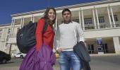 Estudiosos. Almendra Brasca y Fabrizio Suárez posan ante la fachada del Pabellón Argentina. En pocos meses, allí recibirán sus diplomas (LA Voz/Pedro Castillo).
