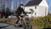 ENFERMERA. Al dar un paseo en bicicleta este jueves (AP).