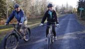 ENFERMERA. Con su novio, al andar en bicicleta en una pista cerca de su casa en Fort Kent, Maine, este jueves (AP).