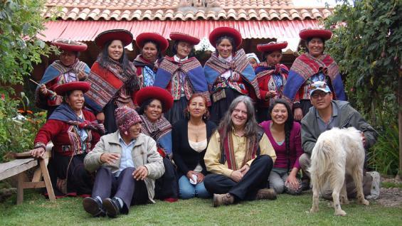 PERÚ. Néstor Ganduglia junto a la comunidad de Chinchero (Gentileza).