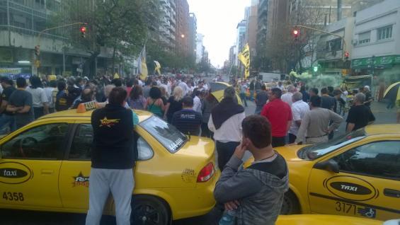 CÓRDOBA. Taxistas se movilizan por el centro de Córdoba (Pedro Castillo/La Voz).