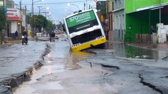 COLECTIVO ATRAPADO. Una unidad de Autobuses Santa Fe sufrió la tormenta y el mal estado del pavimento (La Voz/R. Pereyra).
