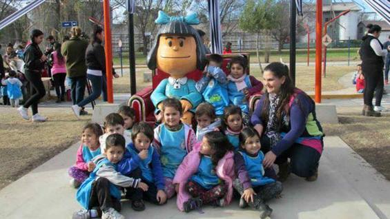 La Mafalda de Laguna Larga rodeada de niños.