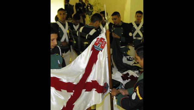 Efectivos del Regimiento 2 realizan el cambio de guardia en el Cabildo (Facundo Luque).