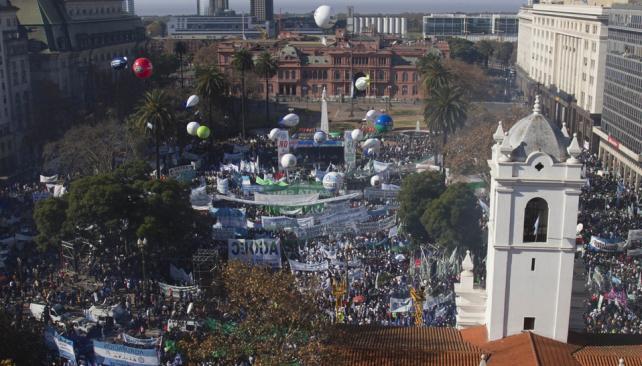 De espaldas. Con la Casa Rosada de fondo, la concentración que impulsó Moyano cubrió gran parte de la histórica Plaza de Mayo y las calles adyacentes. No hubo coincidencias en cuanto al número de asistentes (AP).