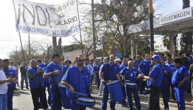 Protesta. Trabajadores de Volkswagen reclamaron frente a la planta y criticaron al Smata (Raimundo Viñuelas/LaVoz).