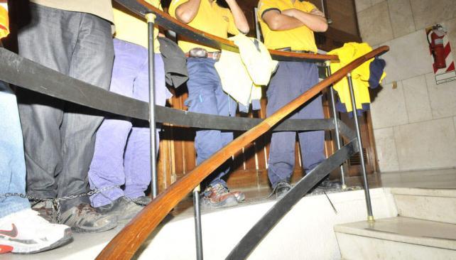 ENCADENADOS. La protesta de los empleados del 107 (LaVoz).