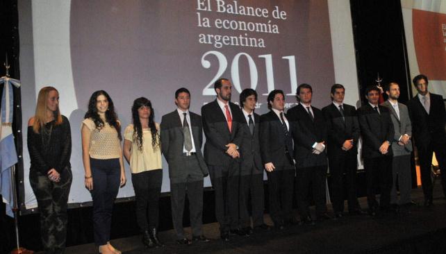 Hay equipo. Guillermo Acosta (de corbata roja), titular del IIE, responsable del informe del grupo de 13 economistas de la entidad (Pedro Castillo/LaVoz).