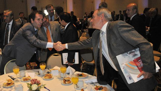 Apretón de manos. El gerente general de La Voz del Interior, Osvaldo Salas, saluda al viceintendente, Marcelo Cossar (Pedro Castillo/LaVoz).