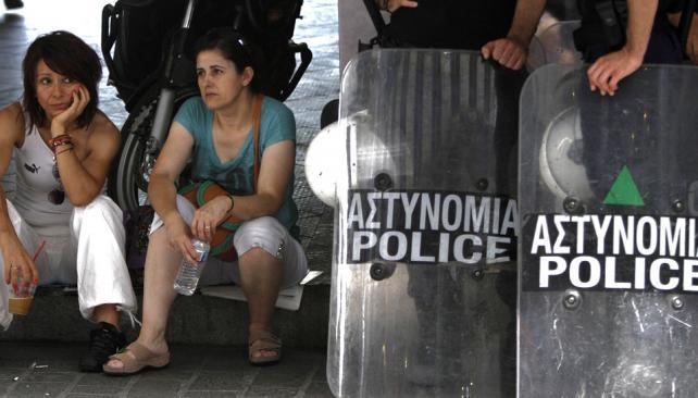 Verano de Atenas. Manifestantes y policías, tras protesta ante la cartera de Finanzas (AP).