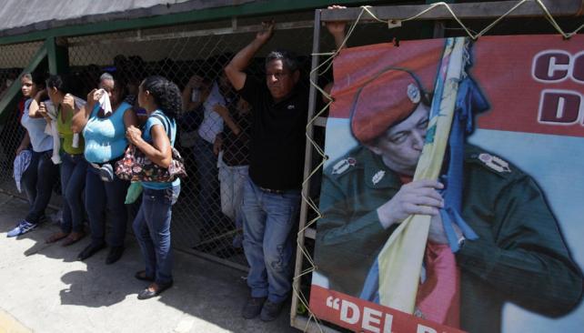 Retenidos. Unos 900 familiares de los detenidos quedaron demorados dentro de la cárcel (AP).
