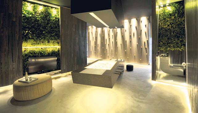 Living - kitchen es un espacio destinado a degustaciones y catas de vino, donde madera, acero y mármol visten el funcional ámbito, diseñado por Rosana Saban y Adriana Grin.