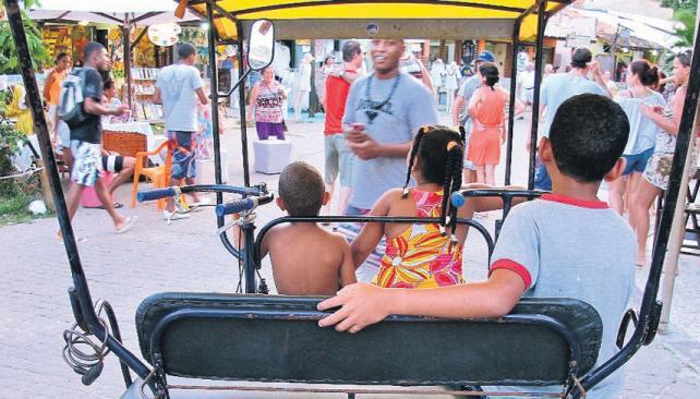 Taxi-triciclo, único vehículo que circula por las calles empedradas.