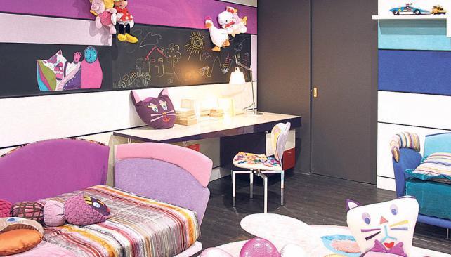Un rincón para garabatear, espacio libre para juego y almacenamiento a la medida del niño. Rayas, colores estridentes y contrastantes visten el espacio (Roger Berta).