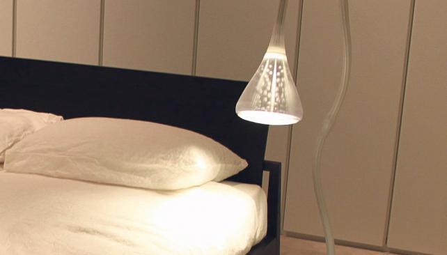 Lámparas de pie hoy ocupan el lugar de la mesa y la lámpara de sobremesa.