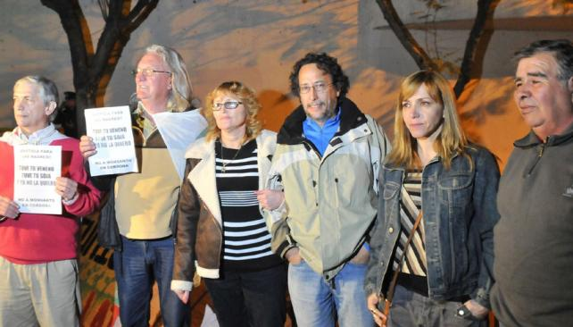 Vigilia. Desde anoche, ambientalistas, vecinos de Ituzaingó y representantes de distintas ONG acampan frente a Tribunales II para esperar la sentencia (Ramiro Pereyra/LaVoz).