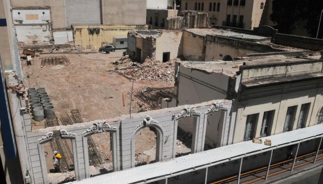 Base cero. Finalmente, la fachada del Comedor Universitario que aún está en pie será demolida (Raimundo Viñuelas/La Voz).