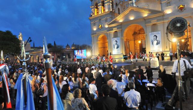 A la hora del crepúsculo, frente a la Catedral, se vivieron intensos momentos en el homenaje al prócer cordobés y argentino (La Voz/S. Cejas).