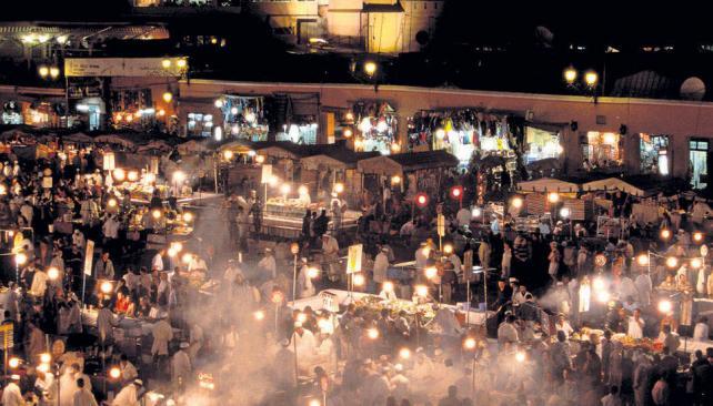 Desde la plaza Jemaa El Fna hacia el norte, se abre un laberinto de callejuelas con innumerables tiendas. Es el barrio de los Suks, el Zoco.