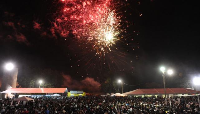 FESTIVAL.  El predio lució colmado iluminado por los fuegos artifiacles (Julio Albornoz y Claudio Zalazar).