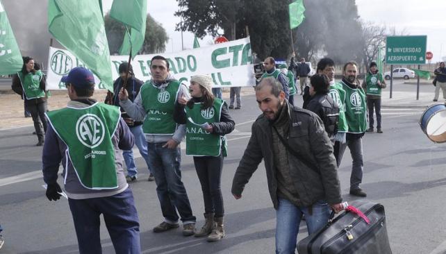 En Córdoba. Trabajadores bloquearon ayer el acceso al aeropuerto (La Voz / Pedro Castillo).
