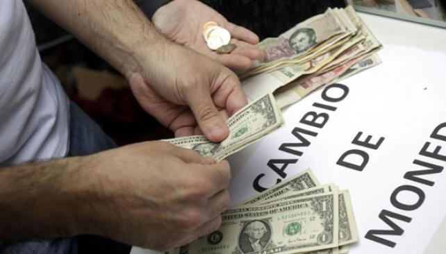 Restringido. La opción de compra de dólares para atesorar quedó suspendida por el Banco Central (DYN).